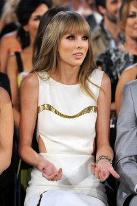 Taylor-Swift's-Baffled-Reaction-To-ACM-Awards-Joke
